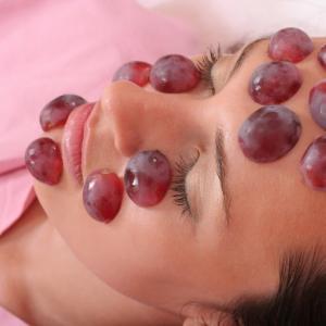 Регенериращ и освежаващ масаж с червено грозде
